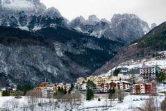 镇静山村在冬天 免版税库存图片