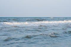 镇静平静的蓝色海没有波浪和有有雾的backgroudn的 免版税库存照片