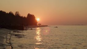 镇静河波浪的慢动作在日落的在橙色天空下夏令时 影视素材