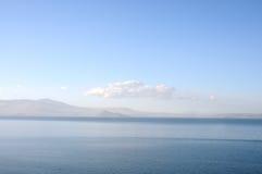镇静浅兰的海和天空 免版税库存照片