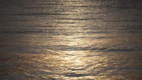镇静海湾表面上的美好的金黄阳光反射 影视素材