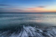 镇静海洋的惊人的长的曝光海景图象日落的 免版税库存图片