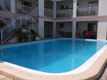镇静温暖的游泳池 免版税库存照片