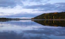 镇静瑞典湖在秋天 库存图片