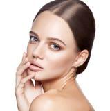 镇静秀丽 美丽的年轻白肤金发的妇女画象有裸体构成、蓝眼睛、发型和干净的面孔的 图库摄影