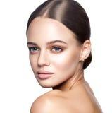 镇静秀丽 美丽的年轻白肤金发的妇女画象有裸体构成、蓝眼睛、发型和干净的面孔的 免版税库存图片