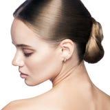 镇静秀丽 美丽的年轻白肤金发的妇女画象有裸体构成、蓝眼睛、发型和干净的面孔的 免版税库存照片