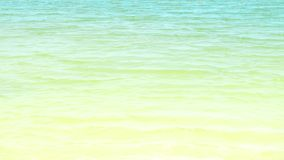 镇静绿松石海背景 在水表面蓝色海洋的波浪 在蓝色海的软的波浪在夏日 股票录像