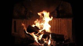 镇静美丽的壁炉发火焰慢动作 股票录像