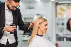 镇静美发师工作与客户 免版税图库摄影