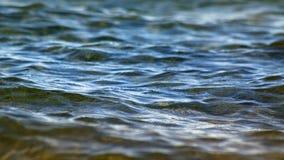 镇静蓝色湖浇灌与软起波纹表面上 库存图片