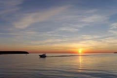 镇静金黄日落的看法在河的有太阳的在它,伏尔加河,俄罗斯反射了 免版税库存照片