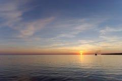 镇静金黄日落的看法在河的有太阳的在它,伏尔加河,俄罗斯反射了 库存图片