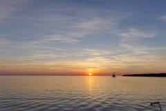 镇静金黄日落的看法在河的有太阳的在它,伏尔加河,俄罗斯反射了 免版税库存图片