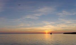 镇静金黄日落的看法在河的有太阳的在它,伏尔加河,俄罗斯反射了 库存照片