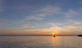 镇静金黄日落的看法在河的有太阳的在它,伏尔加河,俄罗斯反射了 免版税图库摄影