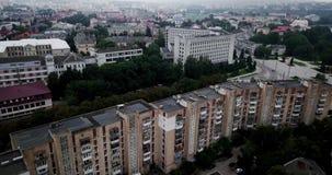镇鸟瞰图有大厦社会主义苏联样式的多云天 大厦在苏联被修建了 的treadled 股票视频