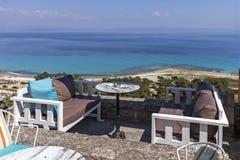 镇Afytos,Kassandra,哈尔基季基州,希腊海岸线的典型的希腊餐馆  库存照片