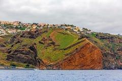 镇Canico,马德拉岛的峭壁海岸 免版税图库摄影