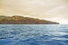 镇Canico,马德拉岛的峭壁海岸 免版税库存照片