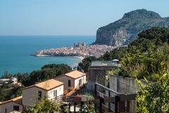 镇Cefalu,西西里岛,意大利的全景 免版税图库摄影