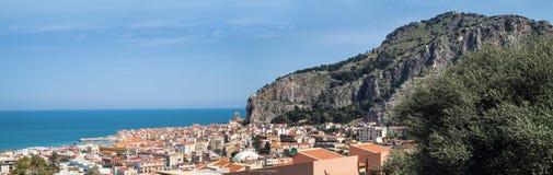 镇Cefalu,西西里岛,意大利的全景 库存照片