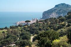镇Cefalu,西西里岛,意大利的全景 免版税库存图片