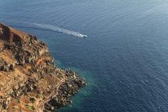 镇Oia的峭壁海岸在圣托里尼,希腊 免版税库存图片
