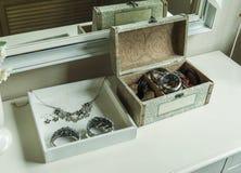 镜子、首饰和构成箱子在桌上 库存照片
