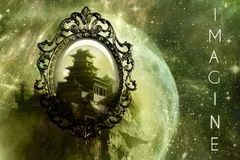 镜子作为对一座城堡的另一个尺寸世界的一个后门在一件独特的抽象星系艺术品的 库存图片
