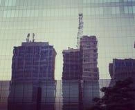 镜子反射的大厦 免版税库存照片