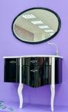 镜子和水槽对洗手间屋子 免版税库存图片