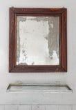 镜子在一个被毁坏的卫生间里 库存照片