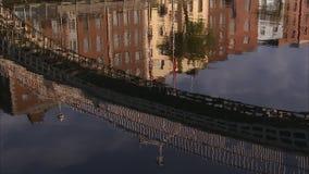 镜子在河喜欢一个镇的反射 股票视频