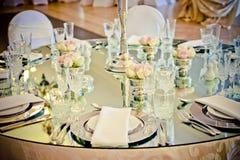 镜子婚礼桌 免版税图库摄影