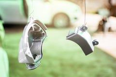 镜子对绘的汽车修理汽车损坏的事故在服务站商店 免版税库存图片