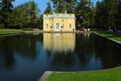 镜子池塘的岸的夏天亭子。Tsarskoye Selo,俄罗斯。 免版税库存照片