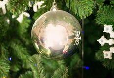 镜子球和雪花 免版税库存照片