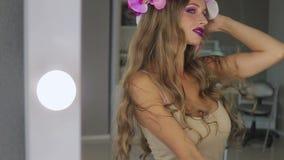 镜子的可爱的妇女 影视素材