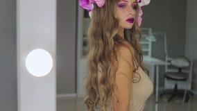 镜子的可爱的妇女 股票录像