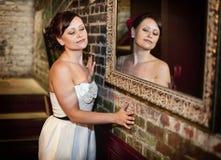 镜子的女孩 免版税库存图片