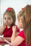 镜子的小女孩 免版税库存照片