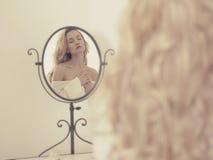 镜子的诱人的妇女 图库摄影