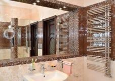 镜子适当位置在卫生间里 免版税库存图片