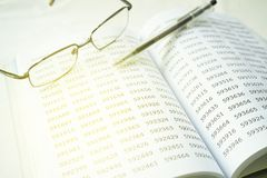 镜片和笔的图象在空的笔记薄 财政概念,选择聚焦 免版税库存照片