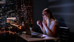 镜片的妇女发现她的businness战略的优秀解答在互联网 股票视频