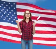 镜片的微笑的女学生有文凭的 免版税库存照片