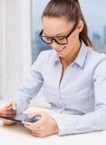 镜片的微笑的女实业家有片剂个人计算机的 库存图片