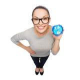 镜片的微笑的妇女有蓝色时钟的 库存图片