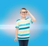 镜片的微笑的小男孩 免版税库存图片